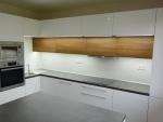 Kuchyň s vestavnými spotřebiči.