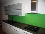 Kuchyně s kováním Blum se sklem Lacobel