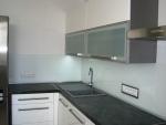 Kuchyň s kováním Blum a s bílým sklem lacobel