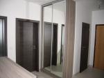 Skříň s posuvnými zrcadlovými dveřmi